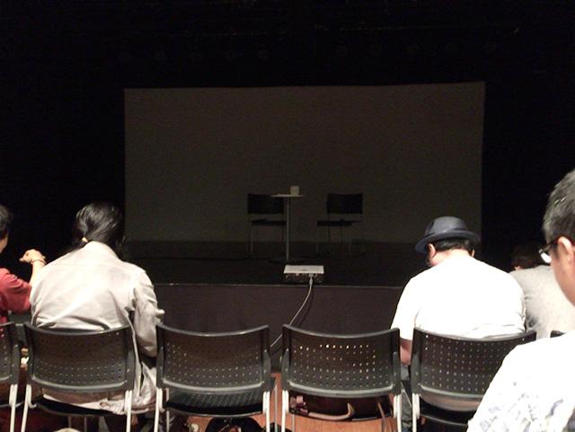 開演前の舞台と客席