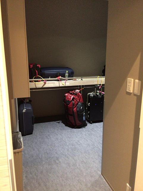 スーツケース置き場